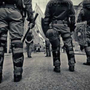 Polizeiaufgebot um Menschen zu kontrollieren