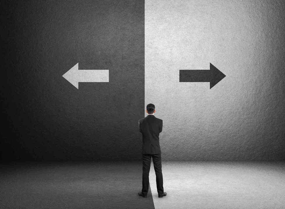 Mann vor der Entscheidung, schwarz oder weiß
