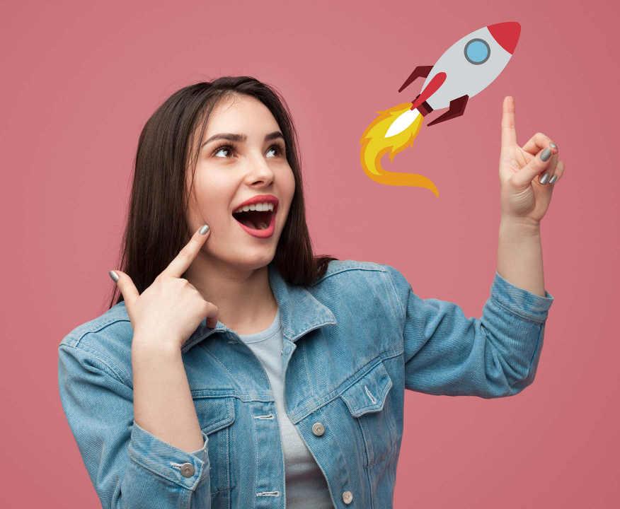 Frau startet mit ihrer Idee ein Raumschiff