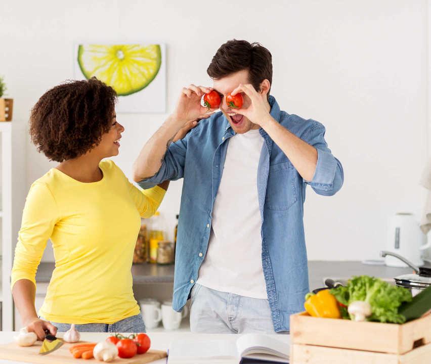 Glückliches Paar beim Kochen